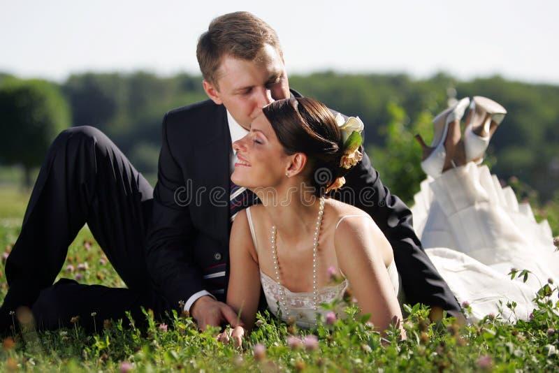 Witte huwelijksbruid en bruidegom stock afbeelding