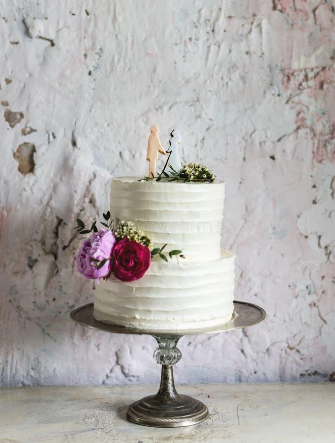 Witte Huwelijkscake met Bruid en Bruidegom Figure Topper royalty-vrije stock afbeeldingen
