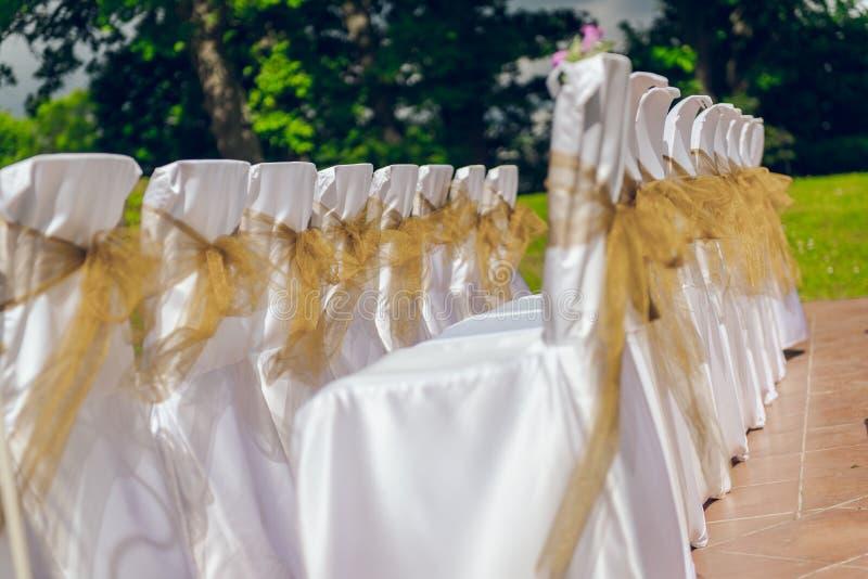 Witte huwelijksstoelen stock afbeeldingen