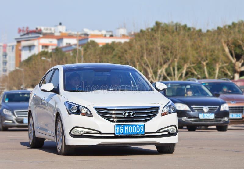 Witte Hyundai-Sonatesedan op de weg, Yiwu, China royalty-vrije stock afbeeldingen