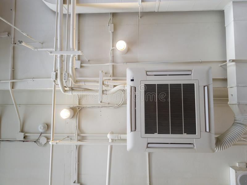 Witte Industriële airconditioner koelpijp met loodgieterswerk bij plafond Het plafondluchtleiding van het ventilatiesysteem stock foto
