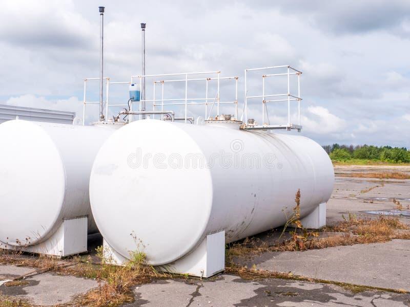 Witte industriële butan flessen stock afbeelding