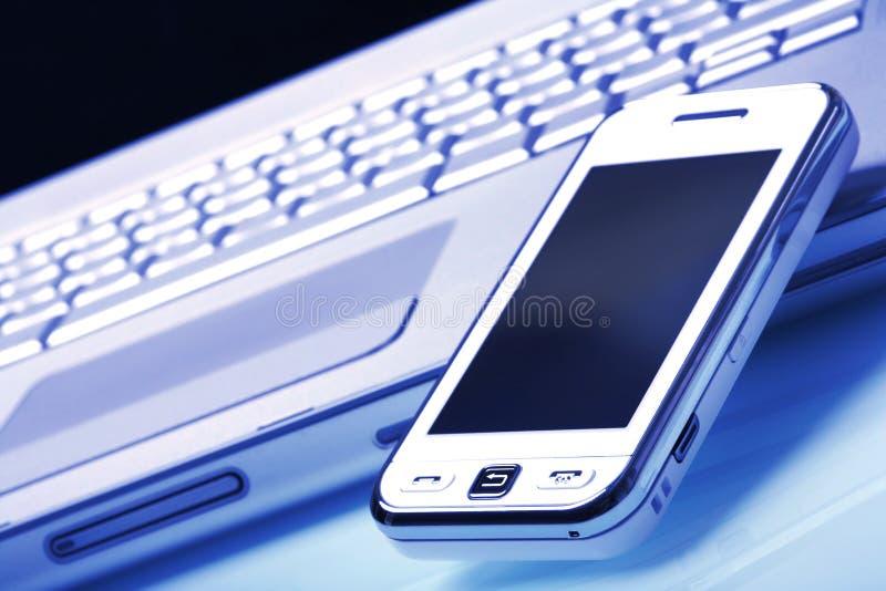 Witte informatieverspreider op zilveren laptop. Blauwe tint. royalty-vrije stock afbeeldingen