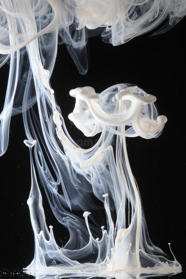 Witte inktwervelingen in water royalty-vrije stock fotografie
