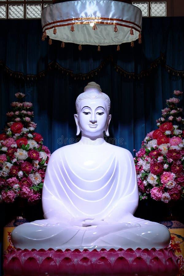 Witte Jade Buddha op lotusbloemstandbeeld, Thailand royalty-vrije stock fotografie