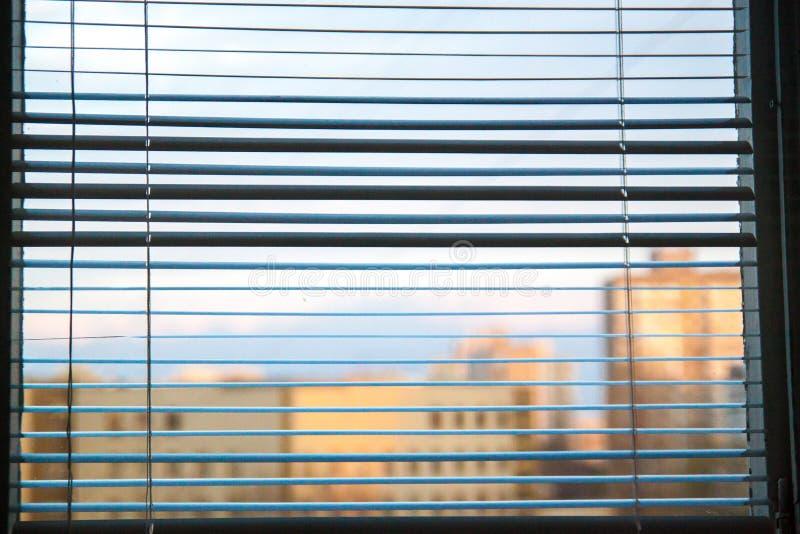 Witte jaloezie bij een venster stock foto's