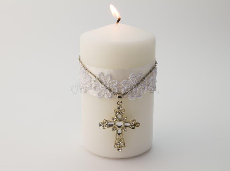 Witte kaars met kruis op witte achtergrond stock fotografie