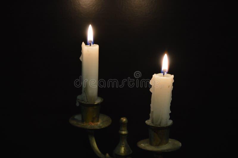 Witte kaarsen op een zwarte lijst royalty-vrije stock foto
