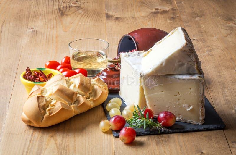 Witte kaas, brood van brood, glas wijn op lijst stock afbeeldingen