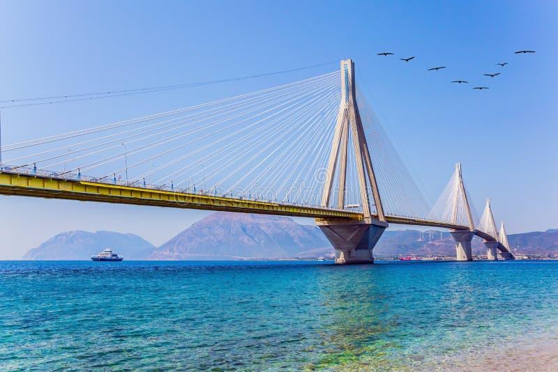 Witte kabel-gebleven brug over de Golf van Corinth stock afbeelding