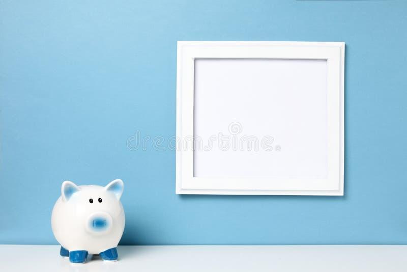 Witte kaderspot omhoog en spaarvarken op een boekenplank Heldere kleuren stock afbeelding