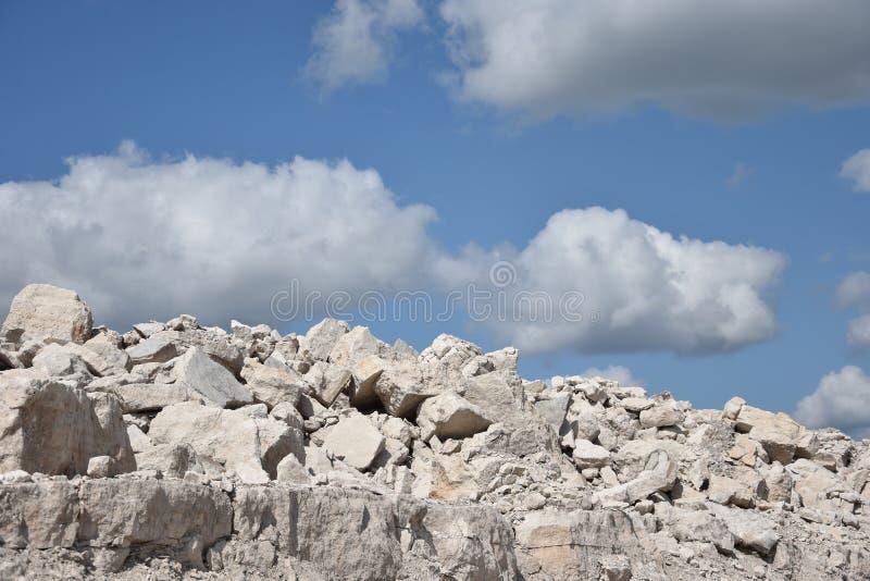 Witte kalksteen en hemel met wolken stock foto's
