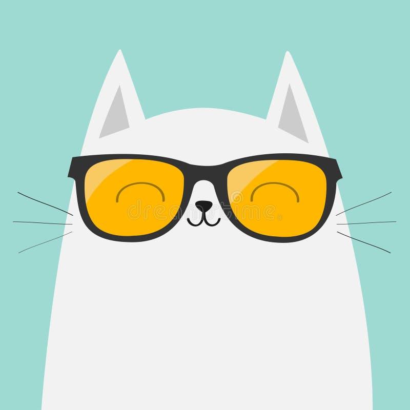 Witte kat die zonnebriloogglazen dragen Het glimlachen gezicht Gele lenzen Leuk beeldverhaal grappig karakter Aanbiddelijk katje  vector illustratie