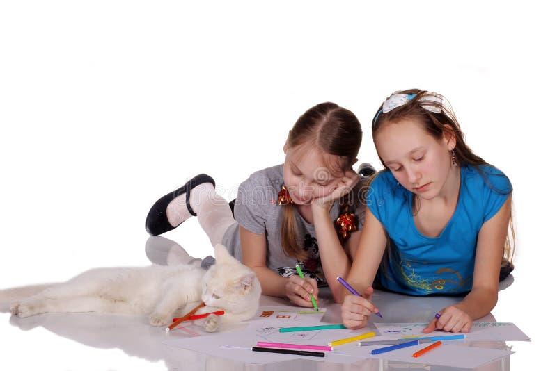 Witte kat en twee meisjes royalty-vrije stock foto's
