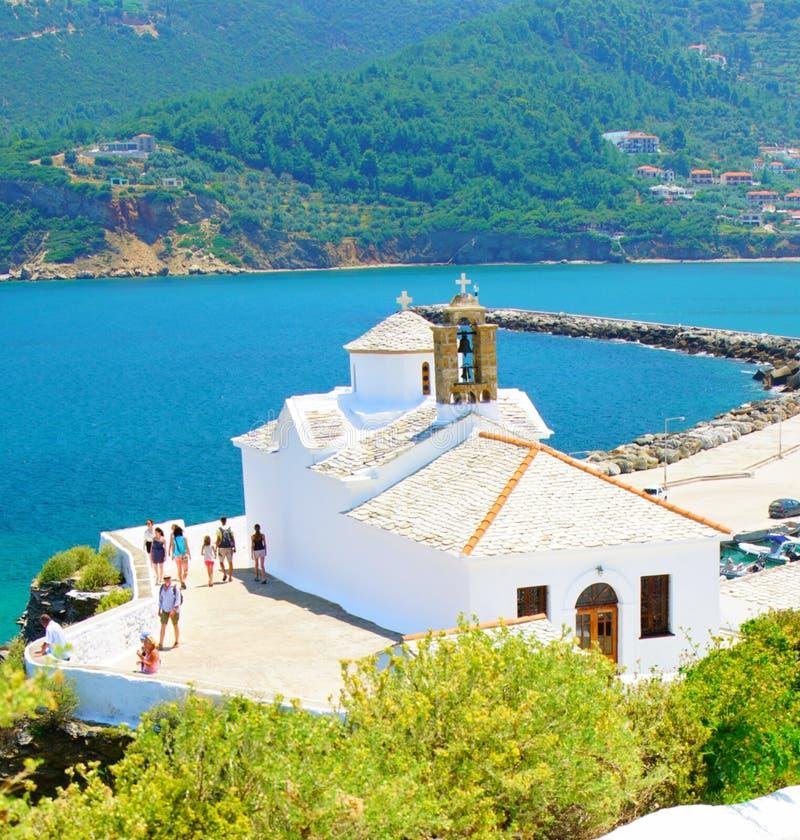 Witte Kerken van Skopelos-stad, Griekenland stock afbeeldingen
