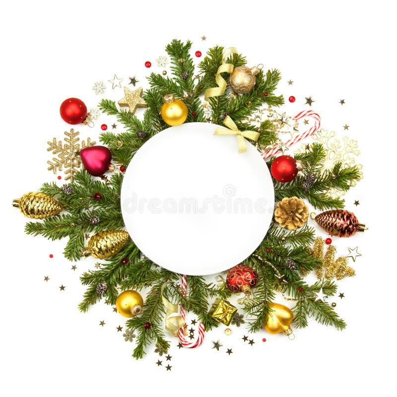 Witte Kerstmis witte ronde met snuisterijen, sterren en spar - isol stock afbeelding