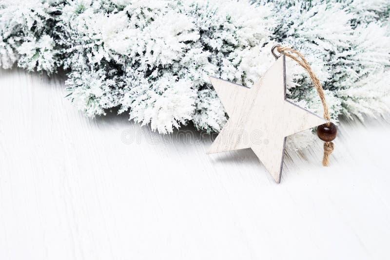 Witte Kerstmisachtergrond De takken van de Kerstmisspar met de decoratie van de stervorm royalty-vrije stock foto's