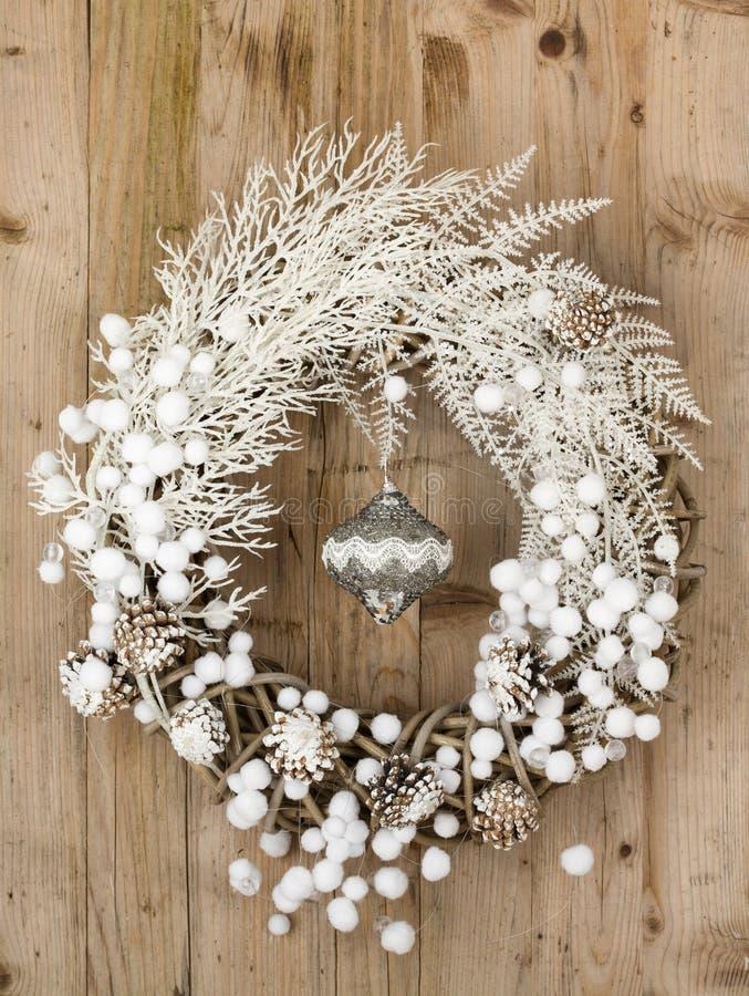 Witte Kerstmiskroon op bruine houten uitstekende achtergrond royalty-vrije stock foto