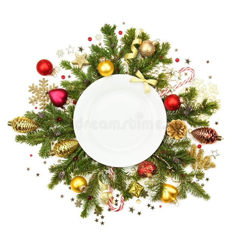 Witte Kerstmisplaat met geïsoleerde snuisterijen, sterren en spar - stock afbeeldingen