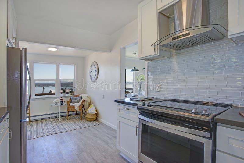 Witte keuken met licht gevuld het zitten gebied stock afbeeldingen