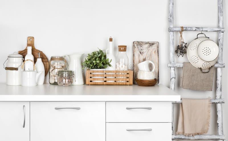 Witte keukenbank en wijnoogst geschilderde ladder met diverse werktuigen royalty-vrije stock fotografie