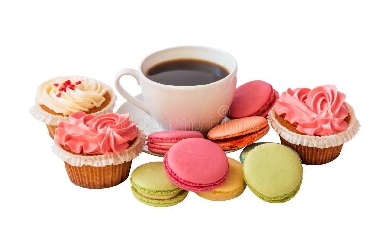 Witte koffiekop met kleurrijke macarons en cupcakes geïsoleerd royalty-vrije stock fotografie