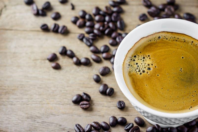 Witte koffiekop met koffiebonen royalty-vrije stock fotografie