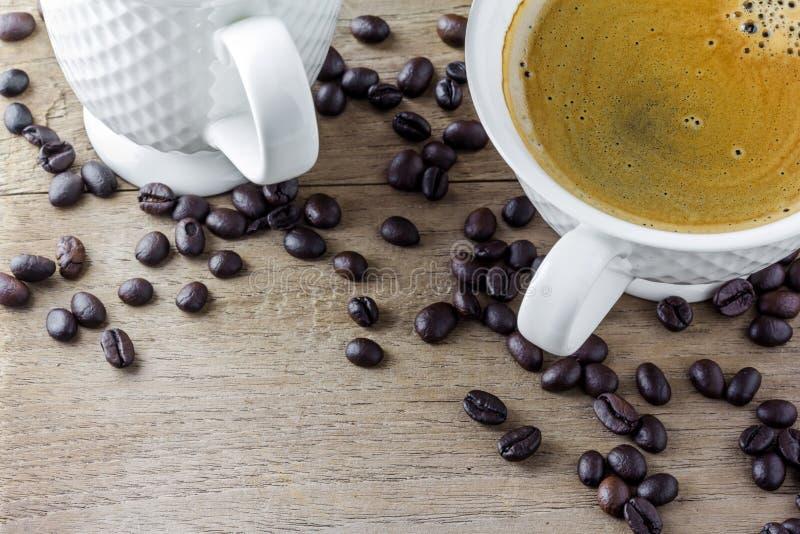 Witte koffiekop met koffiebonen stock foto