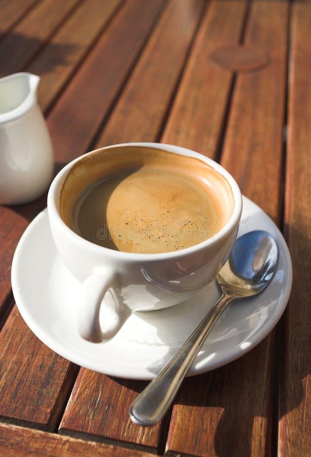 Witte koffiekop op lijst stock foto