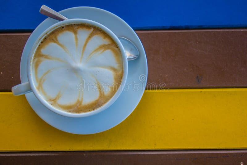 Witte koffiemok op kleurrijke houten lijst royalty-vrije stock foto's