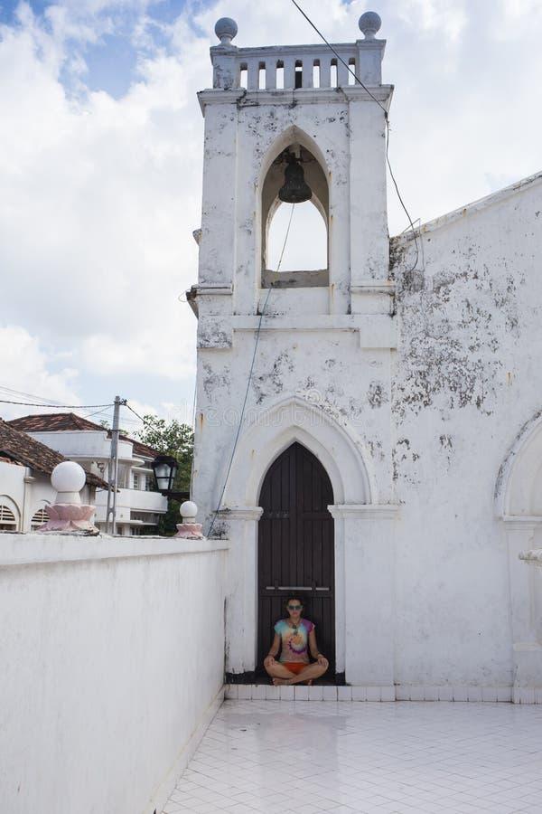 Witte koloniale stijlkerk stock afbeeldingen