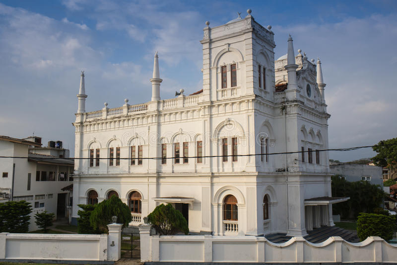 Witte koloniale stijlkerk royalty-vrije stock foto's