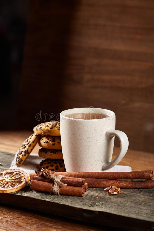 Witte kop thee en koekjes op een logboek over de stijl houten achtergrond van het land, close-up, selectieve nadruk stock fotografie