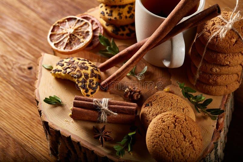 Witte kop thee en koekjes op een logboek over de stijl houten achtergrond van het land, close-up, selectieve nadruk stock foto's
