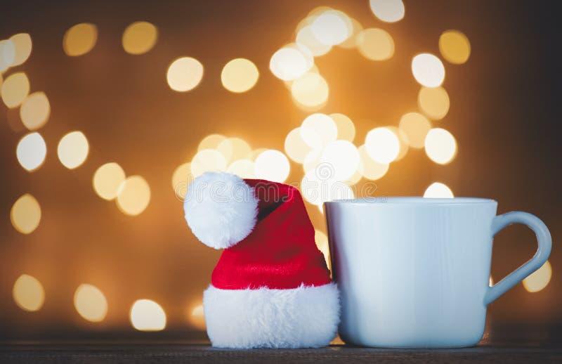 Witte kop thee of koffie en Santa Claus-hoed stock afbeelding