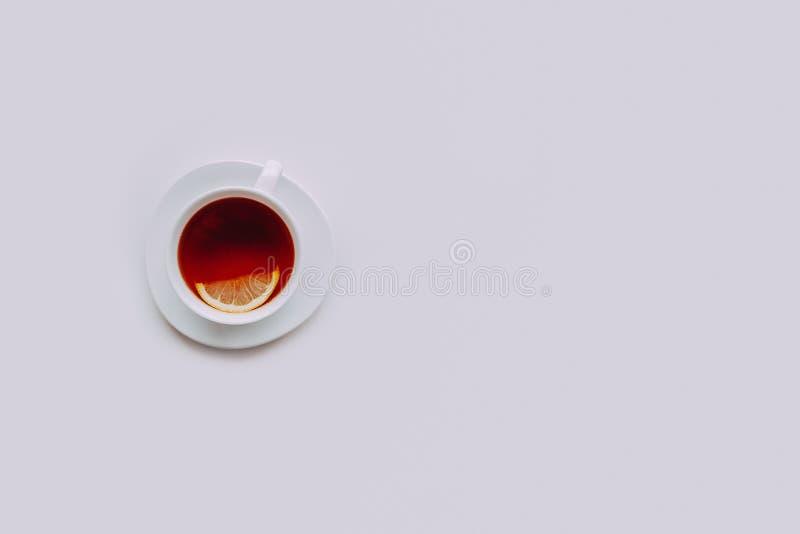 Witte kop thee met citroen op een witte achtergrond stock foto