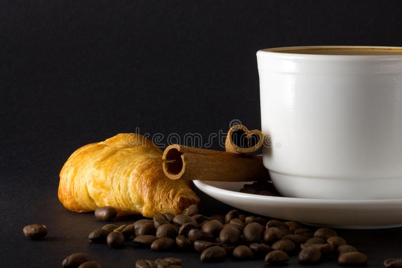 Witte kop van hete koffie stock afbeeldingen