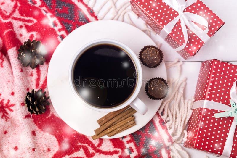 Witte kop van Hete Koffie op de Witte van de Kerstmisochtend van Achtergrondkerstmis Wollen Witte en Rode Algemene Kegels het Ont royalty-vrije stock afbeeldingen
