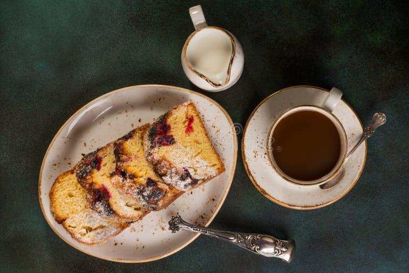 Witte kop van koffie met fruit smakelijke cake op een schotel royalty-vrije stock foto