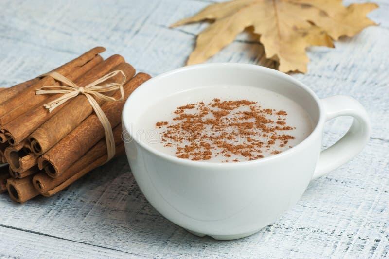 Witte kop van salep melkachtige hete drank van Turkije met kaneelpoeder en stokken gezond kruid en het blad van de de herfstwinte stock afbeelding