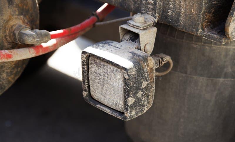 Witte koplamp bij achtergedeelte van aanhangwagen aan vrachtwagen royalty-vrije stock fotografie