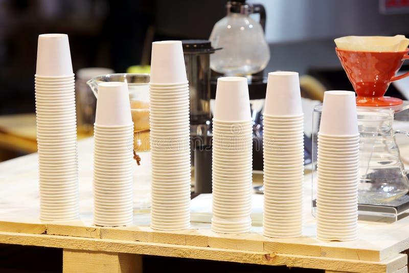 Witte koppen van koffie klaar te brouwen stock fotografie