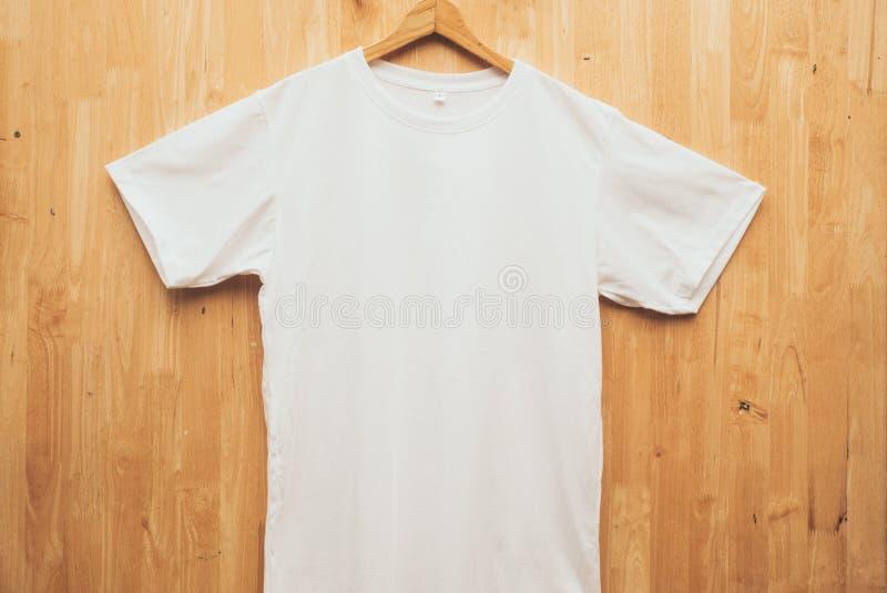 Witte korte duidelijke ronde de halsspot van de kokert-shirt op houten achter de grond vooraanzicht van het conceptenidee royalty-vrije stock foto's