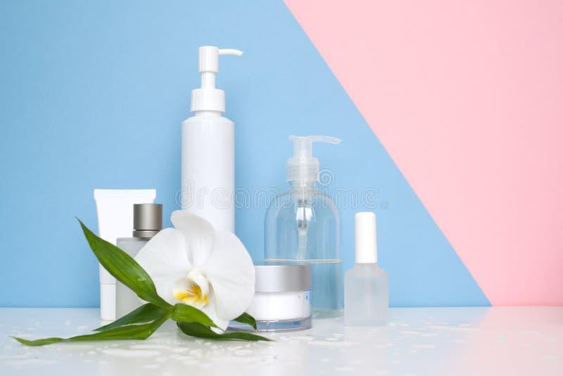Witte kosmetische flessen op een blauwe achtergrond stock foto's
