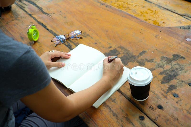 Witte kouseband, gekleed op het been van de Bruid Vrouw die op notaboek schrijven stock afbeeldingen