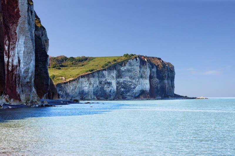 Witte krijtrotsen met blauwe baai AR Normandië, Frankrijk royalty-vrije stock afbeelding