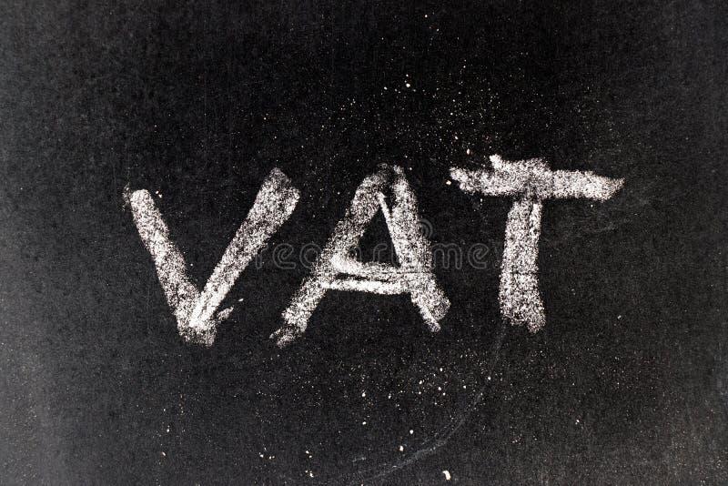 Witte krijttekening in de BTW Belasting op de toegevoegde waarde op zwarte raad vector illustratie