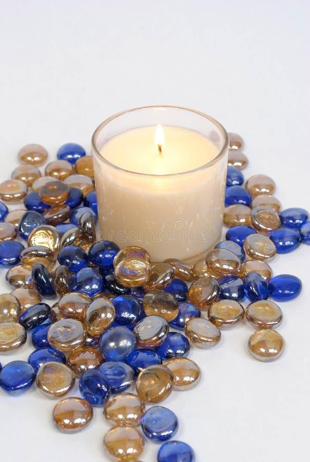 Witte kaars met blauwe en gouden parels royalty-vrije stock fotografie