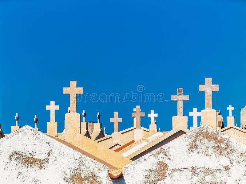 Witte kruisen in de kustbegraafplaats van Bonifacio royalty-vrije stock fotografie