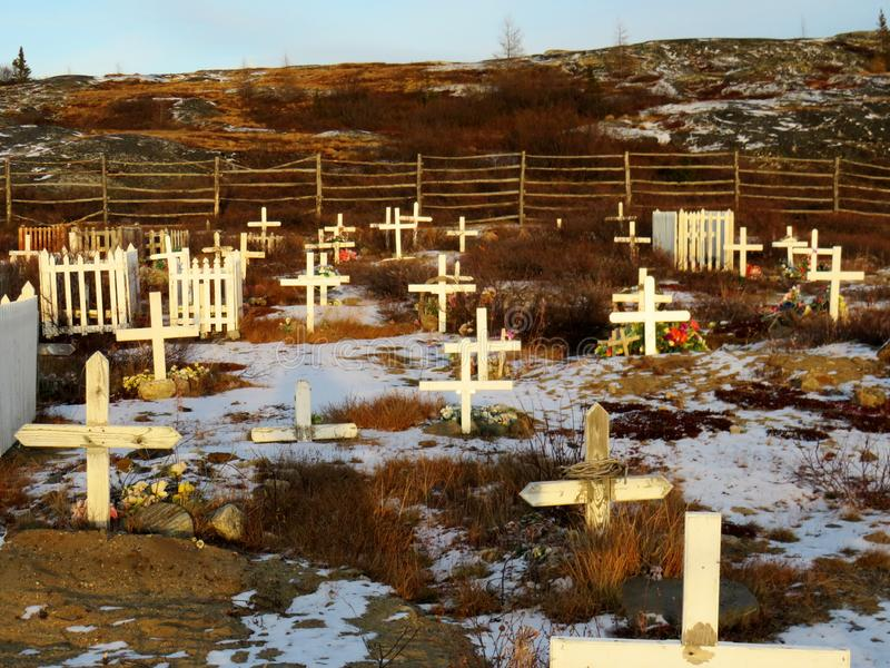 Witte kruisen die Inuit-graven in Kuujjuaq tonen stock afbeeldingen